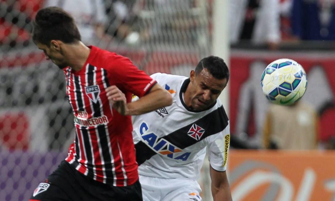Serginho e Rafael Toloi disputam a bola Jorge William / Agência O Globo
