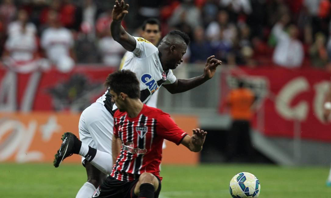 Colombiano Riascos tenta levar o Vasco ao ataque Jorge William / Agência O Globo