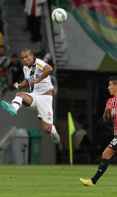 Zagueiro Rodrigo afasta a bola no Mané Garrincha Jorge William / Agência O Globo