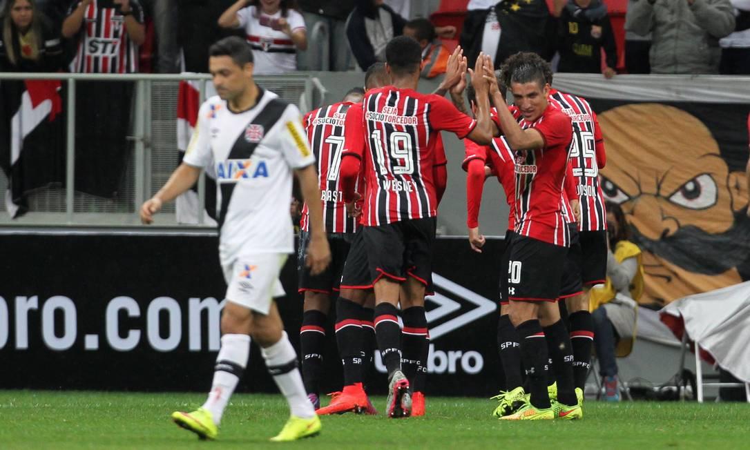 Com Éder Luís desolado, jogadores do São Paulo comemoram o quarto gol Jorge William / Agência O Globo