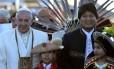 Papa Francisco foi recebido pelo pelo presidente boliviano Evo Morales e crianças em La Paz