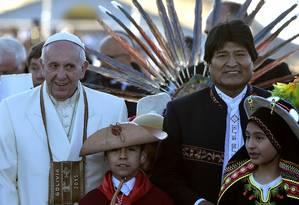 Papa Francisco foi recebido pelo pelo presidente boliviano Evo Morales e crianças em La Paz Foto: VINCENZO PINTO / AFP
