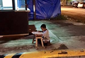 Foto mostra garoto estudando sob luz de lanchonete Foto: Facebook