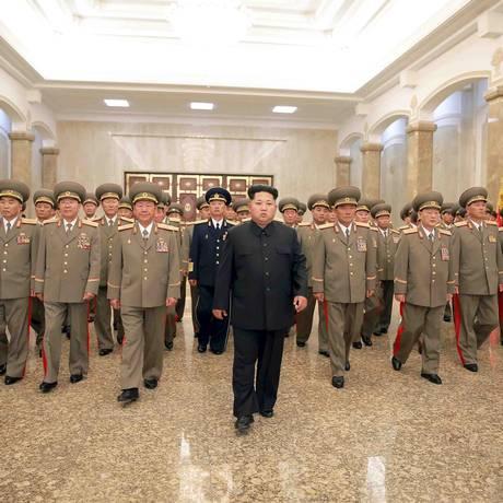 Foto divulgada pela agência da Coreia do Norte, em 8 de julho de 2015, mostra o ditador Kim Jong-un em visita ao Palácio do Sol de Kumsusan para marcar o 21º aniversário da morte do ex-líder Kim Il-sung Foto: KCNA / REUTERS