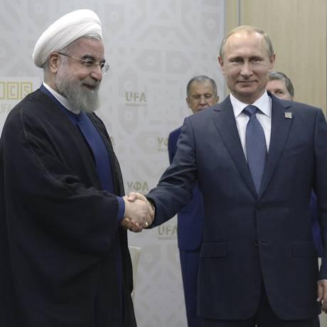 Enquanto negociadores tentam alcançar acordo nuclear em Viena, presidente iraniano, Hassan Rouhani, se encontra com o presidente russo, Vladimir Putin, na cidade de Ufa, na Rússia, durante cúpula dos Brics Foto: POOL / REUTERS
