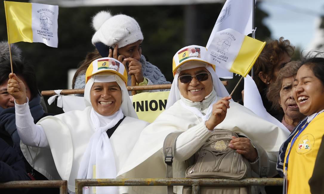 Duas freiras animadas esperam pela passagem do Papa Francisco Juan Karita / AP