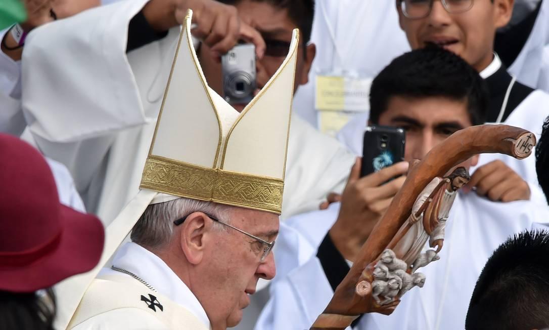 Em sua chegada na Praça do Redentor o Papa saudou os bolivianos com uma mensagem de inclusão, tema central desta viagem à América Latina CRIS BOURONCLE / AFP