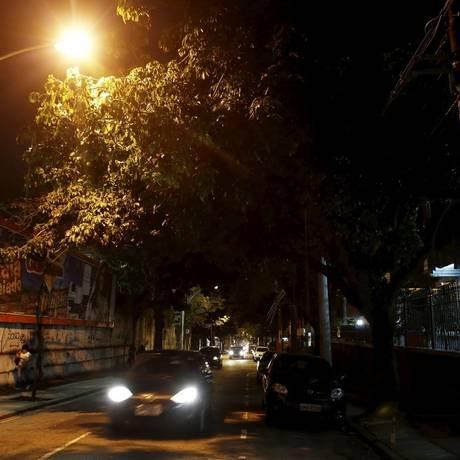 Escuro. Galhos escondem a lâmpada na esquina com a Enes de Souza Foto: Hudson Pontes / Hudson Pontes