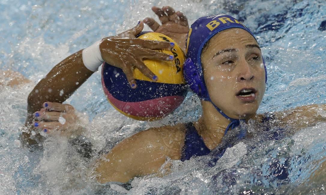 Marina Zablith disputa a bola com a venezuealana Franyelis Herrera Felipe Dana / AP