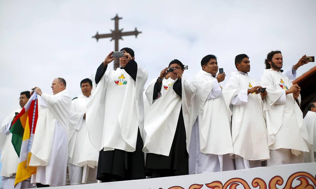 Seminaristas aguardam a chegada do santo padre ALESSANDRO BIANCHI / REUTERS