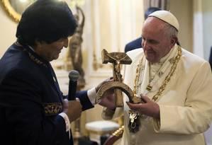 Papa recebe presente boliviano das mãos do presidente Foto: Osservatore Romano / AP