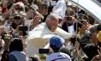 Popa cumprimenta o público após deixar a praça Cristo Redentor em Santa Cruz de la Sierra