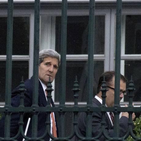 Secretário de Estado dos EUA, John Kerry, caminha pelo jardim do Hotel Palais Coburg, onde estão sendo realizadas as negociações nucleares iranianas em Viena, na Áustria Foto: JOE KLAMAR / AFP