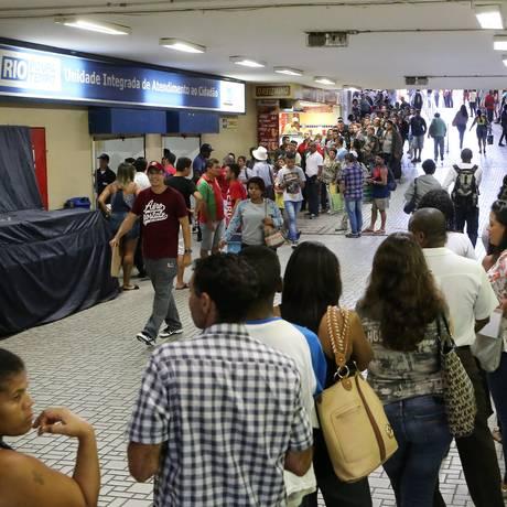 Fila do posto Rio Poupa Tempo na Central do Brasil para emissão de seguro-desemprego e carteira de trabalho Foto: Guilherme Pinto / Agência O Globo