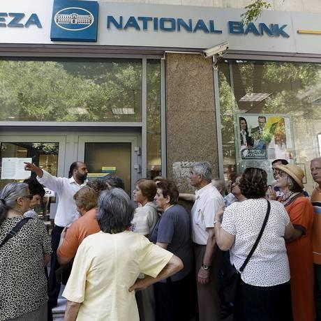 Gerente de uma agência do National Bank em Atenas fala a aposentados que aguardavam para receber suas pensões nesta quinta, 9 de julho Foto: YANNIS BEHRAKIS / REUTERS
