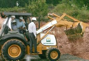 """Em cena. O então presidente Lula pisa na lama para iniciar obras de terraplanagem de refinaria no PE: segundo e-mail de diretor da Odebrecht, evento em 2007 era """"teatro"""" Foto: Agência O Globo / Hans von Manteuffel/4-9-2007"""