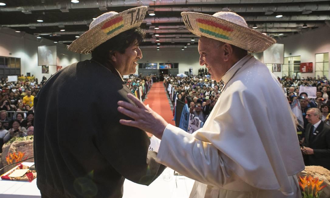 Papa Francisco e o presidente da Bolívia, Evo Morales, usam chapéus bolivianos que ganharam de presente, no segundo Encontro Mundial dos Movimentos Populares em Santa Cruz L'Osservatore Romano / AP
