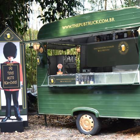 Cerveja elaborada de maneira artesanal é o carro chefe do trailer The Pub Truck, inspirado em bares tradicionais do continente europeu Foto: Divulgação