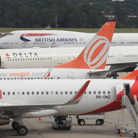 Aviões no Aerporto Internacional de Guarulhos Foto: Michel Filho / Agência O Globo
