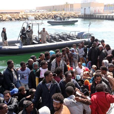 Imigrantes que tentavam ir ilegalmente para a Europa desembarcam, em junho, na Líbia Foto: Mahmud Turkia / AFP / 06/06/2015