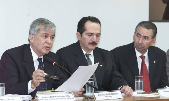 Ex-ministro Almir Pazzianoto ao lado dos ex-deputados Aldo Rebelo e Silvio Torres, durante depoimento na CPI Foto: Roberto Stuckert Filho / Arquivo O Globo 13/06/2001
