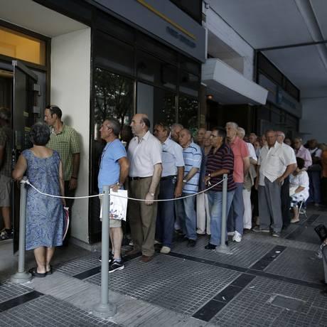 Pensionistas fazem fila na entrada da filial do Banco Nacional da Grécia em Thessaloniki Foto: Konstantinos Tsakalidis / Bloomberg