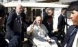Papa Francisco acena ao deixar prisão de Palmasola, em Santa Cruz, Bolívia