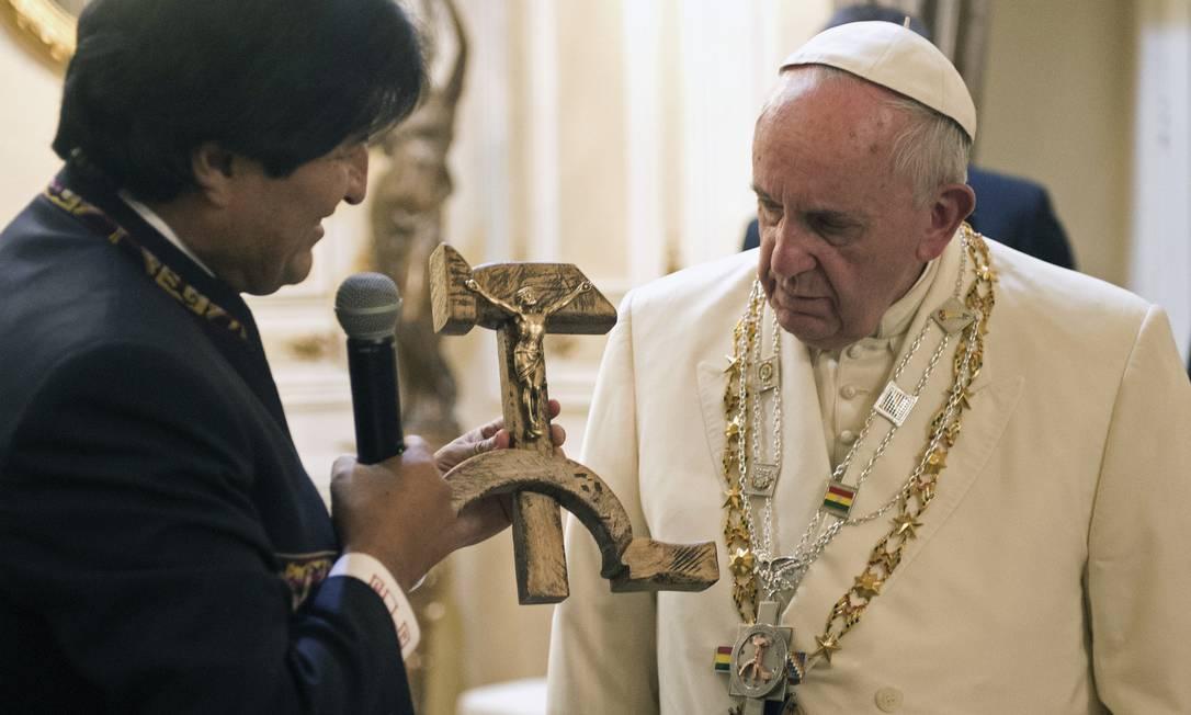 O presidente da Bolívia, Evo Morales, preenteia o Papa Francisco com um crucifixo em forma de foice e martelo L'Osservatore Romano / AP