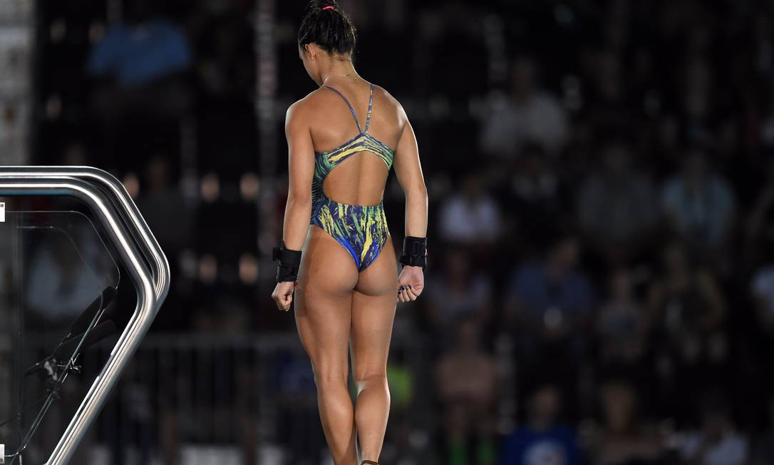 Giovanna Pedroso se prepara para um salto na semifinal dos saltos ornamentais do Pan de Toronto, no Canadá TIMOTHY A. CLARY / AFP