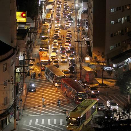 Ônibus ficam engarrafados na Rua da Conceição , por conta do afunilamento que a NitTrans faz na via. Fotos: Pedro Teixeira/ O Globo Foto: Pedro Teixeira / Agência O Globo