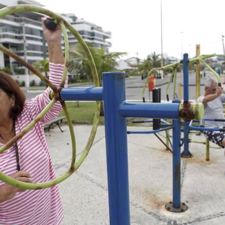 Nelma Carvalho faz exercício na Praia de Piratininga Foto: Gustavo Stephan
