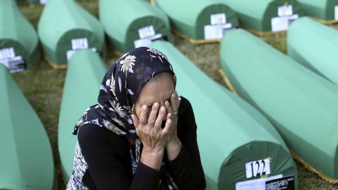 Parentes das vítimas ainda choram perdas e novas exumações Foto: DADO RUVIC / REUTERS