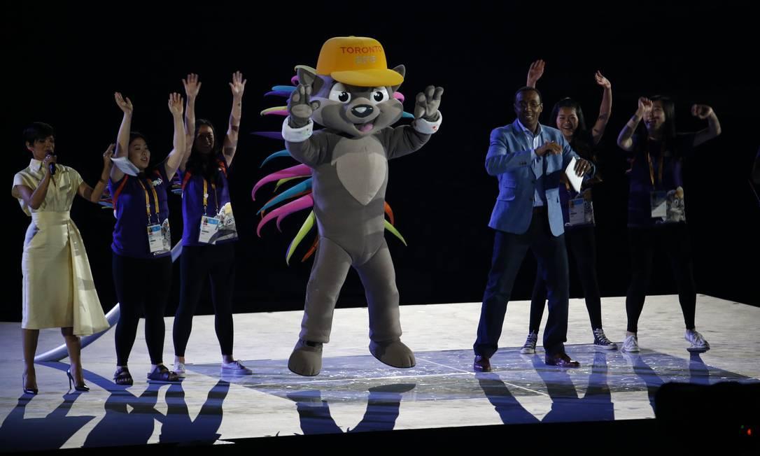 Pachi, mascote do Pan, acena para os expectadores Julio Cortez / AP
