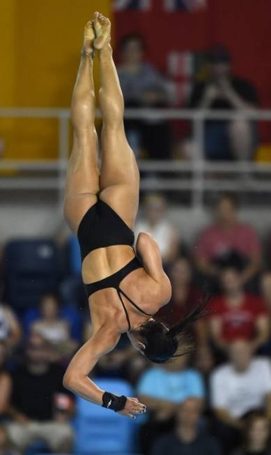 A brasileira Ingrid de Oliveira salta da platforma de 10 metros TIMOTHY A. CLARY / AFP
