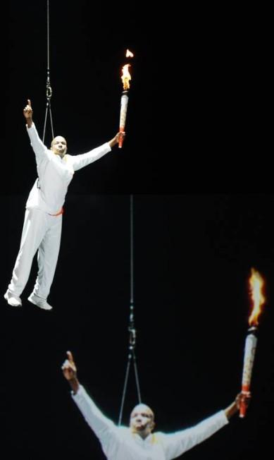 Performance de artistas na abertura dos Jogos Pan-Americanos HECTOR RETAMAL / AFP