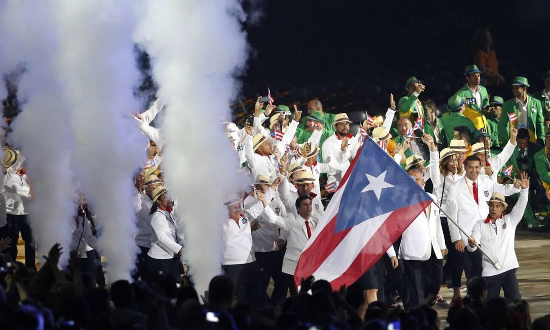 O porta-bandeira Luis Rivera no desfile de Porto Rico Julio Cortez / AP