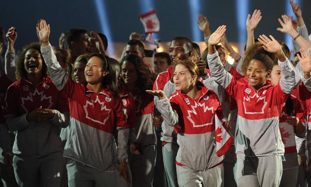 Não faltaram sorrisos no desfile canadense nesta sexta-feira HECTOR RETAMAL / AFP