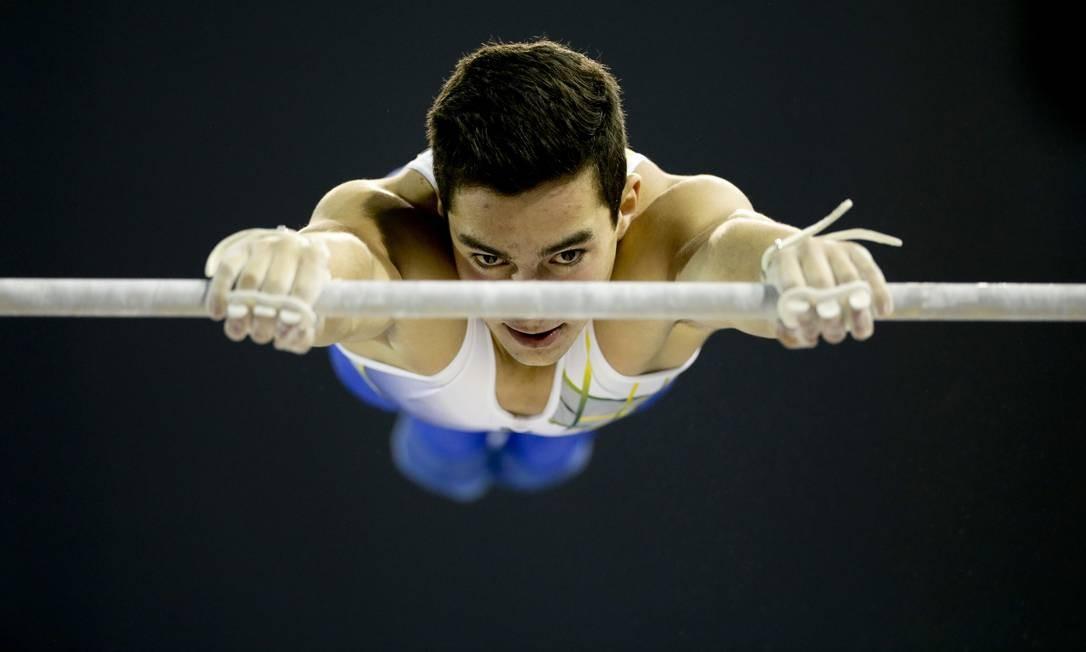 O brasileiro Lucas Bitencourt faz lembrar o Super Homem na ginástica artística Gregory Bull / AP