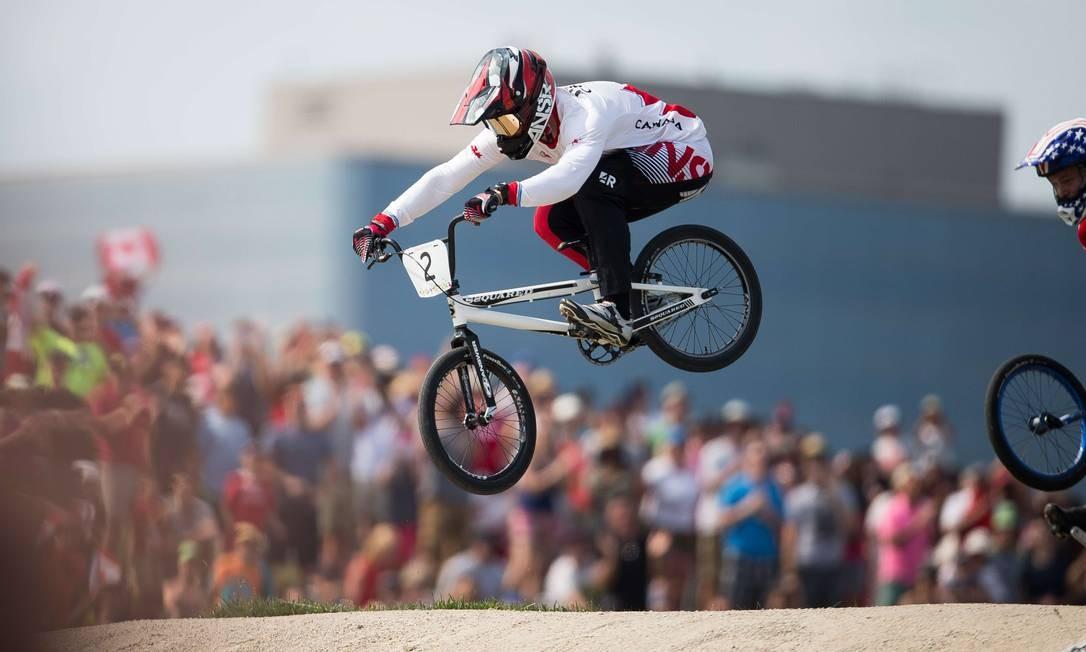 Tory Nyhaug, do Canadá, pedala para a vitória na categoria BMX GEOFF ROBINS / AFP