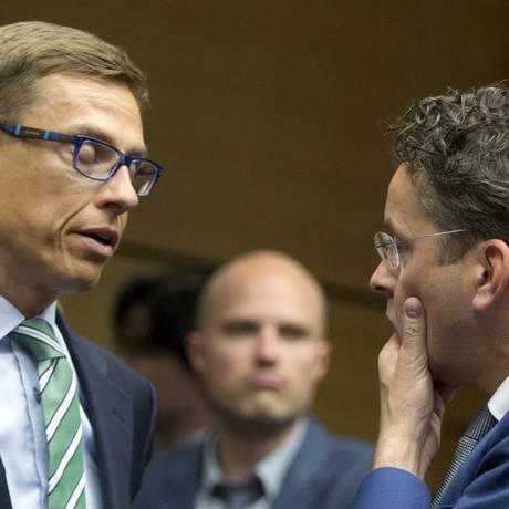 Bruxelas. Jeroen Dijsselbloem, chefe do Eurogroup (à direita), conversa com o ministro das finanças da Finlândia, Alexander Stubb Foto: Virginia Mayo / AP