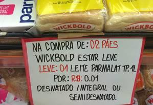 No Mundial da Rua Riachuelo, promoção concedia caixa de leite a R$ 0,01 na compra de dois pães de forma. Mas faltou informar que este último venceria em quatro dias Foto: Daiane Costa / Agência O Globo