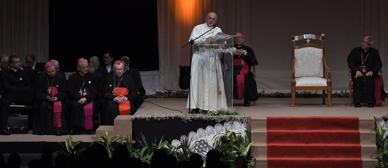 Papa Francisco discursa no estádio Leon Condou, em Assunção Foto: PABLO PORCIUNCULA / AFP