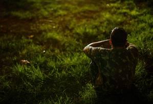 Trauma da caserna. Um soldado do Exército morador da Zona Oeste: por três meses, ele e outros recrutas foram agredidos num quartel em Deodoro. As sessões de violência incluíram choques na língua e no corpo molhado Foto: Daniel Marenco