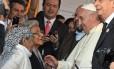 Papa Francisco conversa com residentes logo após sua chegada a Bañado Norte, em Assunção, em 12 de julho de 2015, uma das mais pobres localidades do Paraguai