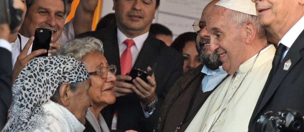 Papa Francisco conversa com residentes logo após sua chegada a Bañado Norte, em Assunção, em 12 de julho de 2015, uma das mais pobres localidades do Paraguai Foto: NORBERTO DUARTE / AFP