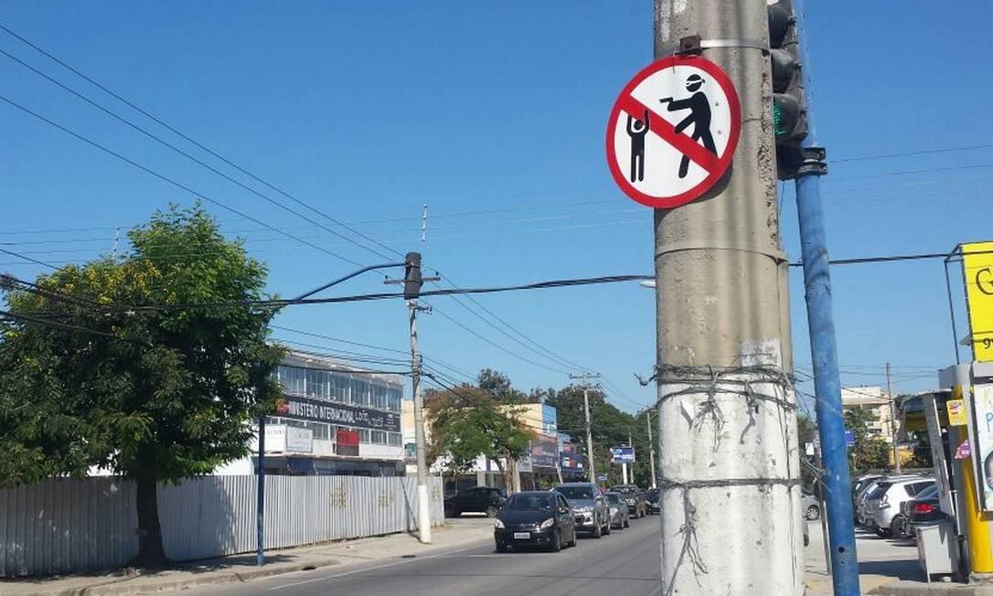 Placa foi colocada misteriosamente na Avenida Central, em Itaipu Foto: Júlia Amin