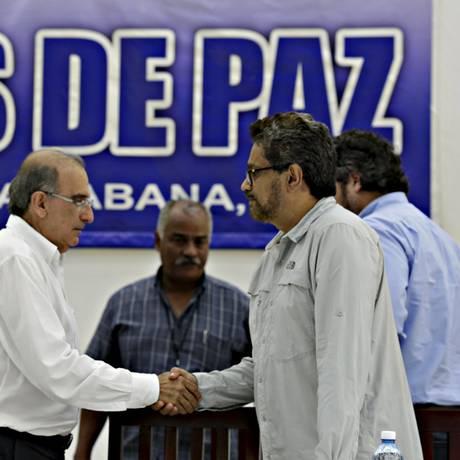 Negociados. Humberto de la Calle (esquerda), pelo governo colombiano, e Ivan Marquez, das Farc, em Havana Foto: ENRIQUE DE LA OSA / REUTERS