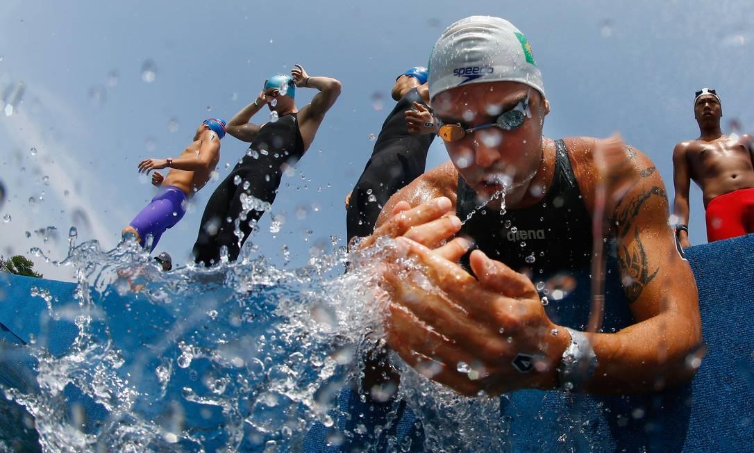O nadador brasileiro Arapiraca Lima molha o rosto antes da largada da corrida de 10 quilômetros a céu aberto Foto: AL BELLO / AFP