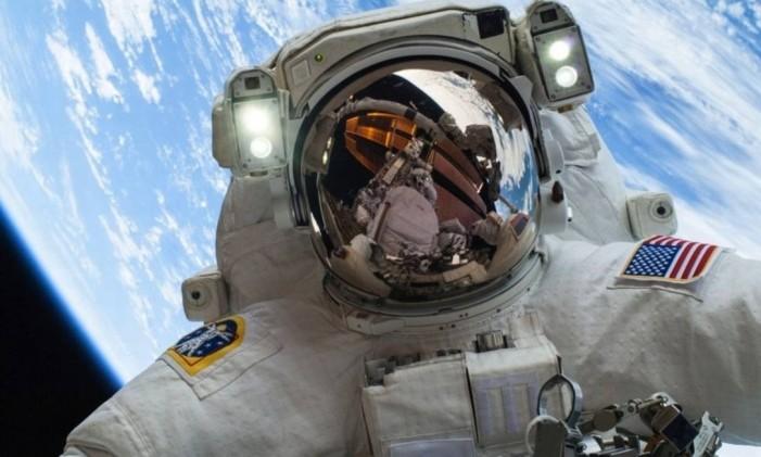 "O primeiro ""selfie"" fora da Terra O astronauta americano Mike Hopkins, da Nasa Foto: Nasa"