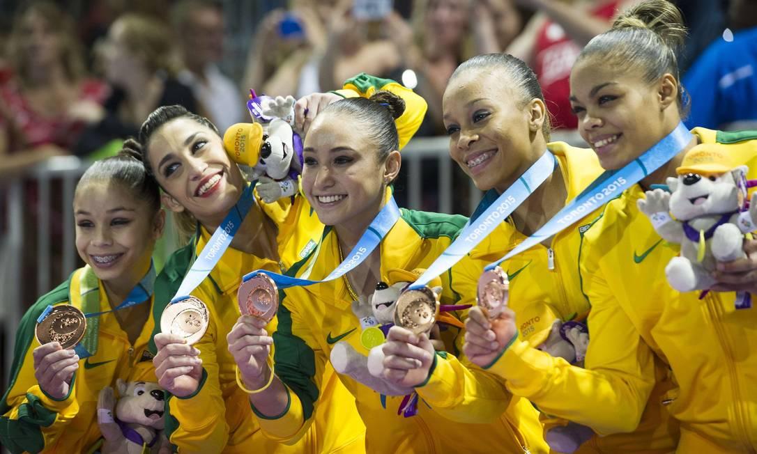 A equipe de ginástica artística feminina do Brasil posa com as medalhas de bronze Foto: KEVIN VAN PAASSEN / AFP